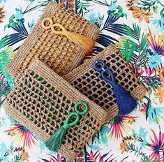 Marvelous Crochet A Shell Stitch Purse Bag Ideas. Wonderful Crochet A Shell Stitch Purse Bag Ideas. Crochet Clutch, Crochet Handbags, Crochet Purses, Crochet Bags, Crochet Wallet, Love Crochet, Knit Crochet, Crochet Stitches, Crochet Patterns