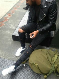 Street Wear for Men. Latest fashion trends focusing on urban street fashion. Oversized shirts, ripped jeans and adidas originals (Try Clothes Street Styles) Men Street, Street Wear, Street Outfit, Mode Man, Moda Blog, Mode Streetwear, Herren Outfit, All Black Outfit, Black Outfits