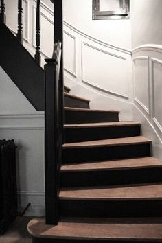 Pure and simple design in this Parisian interior Laure Vial du chatenet et Bertrand, Marie 16 ans, Blanche 10 ans et César 4 ans. Entry Stairs, House Stairs, Staircase Landing, Wood Stairs, Black Stairs, Painted Stairs, Painted Wood, Stair Railing, Stair Risers
