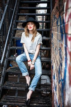 t-shirt, boyfriend jeans and hat. the red lips add a touch of femininity.
