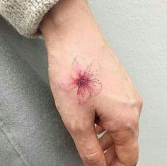 50 diseños perfectos para tatuarte en la mano o en la muñeca