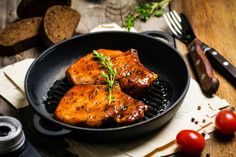 Préparation : 1. Dans un grand saladier, mélangez le miel, la poudre de gingembre, l'ail haché, la sauce soja et l'huile d'olive. Ajoutez du sel et du poivre, mélangez bien. Mette…