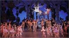 """Há mais de 50 anos, o New York City Ballet realiza o lindo espetáculo """"George Balanchine´s The Nutcracker"""" (Quebra-Nozes), num lindo conto de Natal, com a fada de Açúcar, a marcha dos soldadinhos de chumbo e o rei dos ratos, trajes à moda antiga, cenários mágicos, que parecem sonho, incluindo uma árvore de Natal de …"""