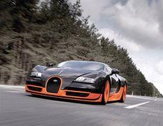 2013 900 CV - Bugatti Veyron Super Sport - El Super Sport llevó al Veyron de lo sublime casi a lo anecdótico. Subió la potencia del motor hasta los 1.200 CV, recibió mejoras aerodinámicas y se convirtió en el coche de producción más rápido del mundo con 431 km/h de velocidad punta.