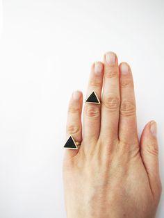 Knuckle black triangle ring . Geo ring. Black polymer par Nuann, $13,50