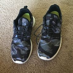 Nike rosche Beautiful camp rosches. Size 7. Worn one a few times. Nike Shoes Sneakers