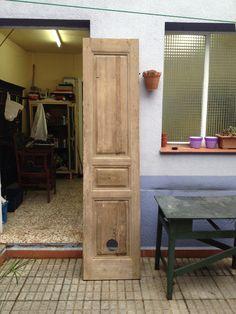 Esta puerta, después de un proceso de restauración ha dado lugar a un bonito cabecero de cama. Todo ello en manos de maca guisado