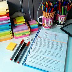Domingando por aqui... #study #studyhard #meucantinho #homeoffice #mydesk #studying #estudaquepassa #lawstudent #amodireito #determinação #foco #foconoestudo #studytime #studylife #concurseira #concurso #estudaqueavidamuda #papelaria #canetas #pen #pencil #notebook #postit #concurfriends #estudos #estudar #ler #livros #book #decorei