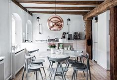 Rustic dining room with a marble table and a rose gold pendant light Warehouse Home, Warehouse Apartment, Plywood Kitchen, Wooden Kitchen, Turbulence Deco, Gravity Home, Eero Saarinen, Style Rustique, Cuisines Design