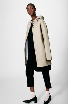 The Stutterheim Stockholm raincoat quotes Alexander Stutterheim's grandfather's original raincoat. It is handmade in rubberized cotton, comes unlined, with double welded seams, snap closures and cotton drawstrings. The finest craftsmanship is used to crea