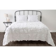 @Overstock - This Home Day Dreamer comforter set is sleek, sophisticated, and urbane. The set is embellished with custom accents and constructed from woven cotton.http://www.overstock.com/Bedding-Bath/Day-Dreamer-3-piece-Comforter-Set/7471774/product.html?CID=214117 $149.99