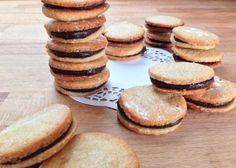 Ren nydelse og velvære i en smagfuld mundfuld. Småkagerne her består blot af marcipan, hvilket gør opskriften ultranem, da du ikke først skal lave en småkagedej. Fyldet kan varieres efter ønske, og…