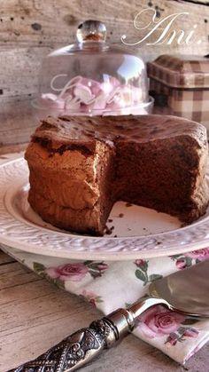 """El mejor pastel de chocolate del mundo. Ya cuando lo vi en mi nuevo libro de recetas """"La cuchara de plata"""" me dejó con la boca abierta pero... Chocolate Rocks, Chocolate Cookies, Chocolate Desserts, Fun Desserts, Brownie Recipes, Cake Recipes, Dessert Recipes, Homemade Donuts, Sweet Bread"""
