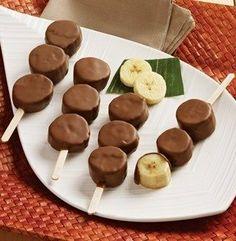 Бананы в шоколаде. Простая в исполнении идея для десера. Приготовление: 1. Каждый банан режем на 3-4 части. 2. Шоколад растапливаем на водяной бане или в микроволновке (мощность 450, 2-3 минуты). 3. Кусочки бананов насаживаем на деревянные палочки и обмакиваем в шоколад. Затем кладем на пергамент и отправляем в холодильник, чтобы шоколад застыл. Готово. Приятного аппетита!