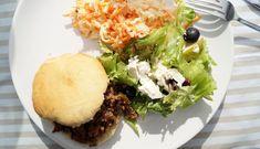 Sloppy Joes med kødsovs og hjemmebagte burgerboller og coleslaw til. Se opskriften på den super lækre amerikanske bøfsandwich her.