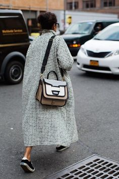 Purse- The Sartorialist The Sartorialist, Look Fashion, Womens Fashion, Fashion Trends, Fashion Mode, Milan Fashion, Fall Fashion, Lifestyle Fashion, Mode Style