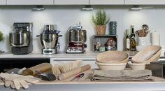 Welches Zubehör benötigt wird und was eure Küchenausrüstung bereichert: http://www.chefkoch.de/magazin/artikel/4142,0/Chefkoch/Backformen-Gaerkoerbe-Co-Brot-backen-mit-dem-richtigen-Zubehoer.html