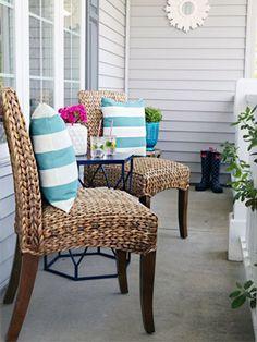 Listras nos detalhes: use nas almofadas. Veja como essa varanda ficou charmosa.