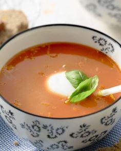 Een verrassend frisse tomatensoep, doordat je de zeste en het sap van 1 appelsien toevoegt. De Griekse yoghurt zorgt voor een romig maar niet zwaar effect.