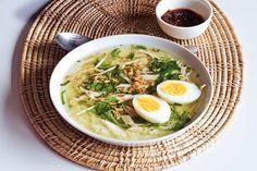 Kijk wat een lekker recept ik heb gevonden op Allerhande! Soto ajam (Indonesische kippensoep)