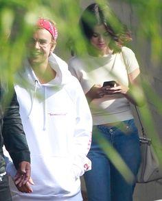 Selena Gomez and Justin Bieber leaving Zoe Church [October 29] @selenagomez y @justinbieber saliendo de la iglesia Zoe Church [Octubre 29] #SelenaGomez #JustinBieber #Selena #Justin #Selenator #Selenators #Fans