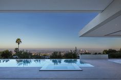Private Resident with Marvelous Views of the City of Angels Architectural Digest, Cities In Los Angeles, Infinity Edge Pool, Backyard Pool Designs, Backyard Ideas, Mirror House, City Of Angels, Indoor Outdoor Living, Architecture Photo