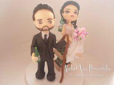 Esses noivinhos personalizaram seu topo, com a noivinha sentada nos engradados de cerveja, póis eles adoram, beber uma cervejinha, personalize seu topo de casamento também fale conosco!
