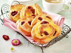 Die Puddingschnecken mit Kirschen sind mindestens so gut wie vom Bäcker. Wir zeigen, wie die Teilchen aus Hefeteig zuhause gelingen.