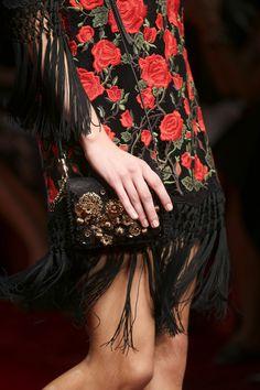 Estampado floral, bordados y flecos    Dolce & Gabbana   Primavera 2015   Estilo: Vintage, trendy, chic & lady   Lo que llevan las masas