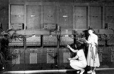 En 1946, un científico de la Universidad de Pensilvania creó el ENIAC (siglas inglesas de Electronic Numerical Integrator and Computer), uno de los primeros ordenadores de la historia. Era una máquina de 30 toneladas de peso con 17.468 tubos de vacío, 10.000 resistencias y 10.000 condensadores.