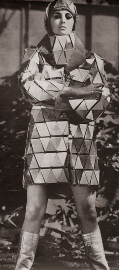 Paco Rabanne is a French Fashion Designer of Spanish Origin. His works plays with reflective shiny metallic shapes- Life Magazine - 1967 60s And 70s Fashion, Mod Fashion, Fashion Art, Vintage Fashion, Fashion Design, French Fashion, Balenciaga, Givenchy, Paco Rabanne