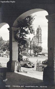 Autos fuera de Portal en Tepotzotlan Estado de Mexico , Mexico