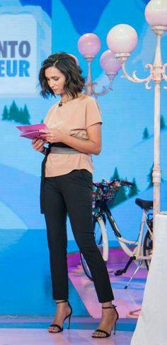 Ancora un look #ixos per Caterina Balivo in #dettofattorai: pantalone basico nero e blusa color mirra a contrasto. Il dettaglio glam... la Obi belt!
