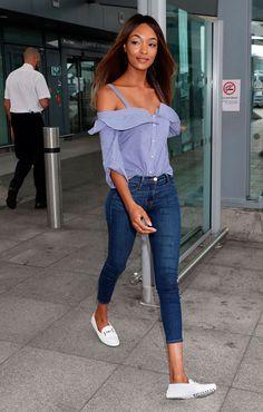 Street style look com blusa off shoulders, calça jeans e mocassim.