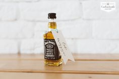 Looking for wedding favors that your guests will want to stash?Wedding thank-you gifts for parents or guests. Labels for small bottle of whiskey. / Świetny pomysł na prezent dla Twoich gości weselnych - mała buteleczka Jack Daniel's z etykietką.