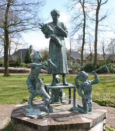 Sitemap | Links DROGTEROPSLAGEN FORT LIME ZUIDWOLDE MUNICIPALITIES DRENTHE PICTURE Grandma with Children Granny gets tribute  Grandma's birthday and celebrate the kids with grandma at the center, party. The artist wanted to create an exciting picture, because at homes never be 'happy' images.  	 Sculptor	:	Marijke Ravenswaay-Deege Location	:	Meppelerweg for nursing
