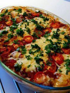 Detta är min absolut favorit pastagratäng, den blir riktigt krämig och oemotståndligt läcker. Helt vegetarisk dessutom. En riktig fullträff! Knepet för att få den krämig och är att ha pastavatten i gratängen innan den bakas i ugnen. Aldrig mer en torr pastagratäng Casserole Recipes, Pasta Recipes, Vegetarian Recepies, Healthy Snacks, Healthy Eating, Zeina, Lidl, Vegan Dinners, Easy Cooking