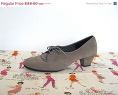 ON SALE Vintage 1960s Daniel Green Outdorables / Gray Leather Oxford Shoes / Heels - Size 7 from Velouria Vintage on Etsy
