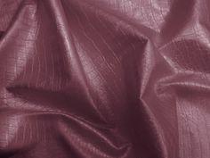 Couro Metal Crocko, couro ecológico craquelado (Rosa). Couro ecológico com efeito craquelado, similar a pele de crocodilo. Revestimento que causa o efeito metalizado. Tecido leve e maleável, ideal para peças que exijam certa flexibilidade.  Sugestão para confeccionar: Saias, shorts, jaquetas, detalhes em peças, vestidos tubinho, entre outros.