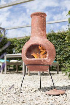 Șemineul exterior Essentials este fabricat din argilă modelată manual. Este prevăzut cu un suport din oțel pentru stabilitate maxima, cu un capac asortat care protejează vatra de foc de frunze uscate, apă de ploaie sau alte impurități. Șemineul exterior din argilă este un accesoriu de grădină versatil. El poate fi folosit atât ca vatră de foc pentru căldură și atmosferă dar și ca ghiveci de grădină sau ca obiect ornamental ca atare. Exterior, Outdoor Decor, Home Decor, Clays, Decoration Home, Room Decor, Outdoor Rooms, Home Interior Design, Home Decoration