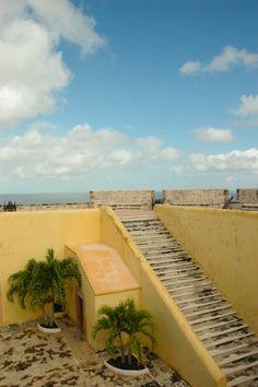Fuerte San José el alto - museo de barcos y armas, Ciudad de #Campeche en #México  Descubre más #fotografias sobre #colores y #viajes en #desarrolloperegrino #amarillo