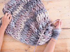 Tutorial fai da te: Come fare una coperta di lana senza ferri con l'arm knitting via DaWanda.com