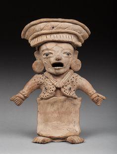 Statuette anthropomorphe présentant une prêtresse debout portant un large pagne autour de la taille et huipil sur le torse. La coiffe est agencée avec soin, elle porte deux tambas sur les oreilles attestant de son rang important dans le clan. Terre cuite beige et brune, cassée collée. Veracruz, Mexique, 500-900 après JC. 29,5x24cm Provenance : Vente Arteprimitivo, New York, 25 mars 2004, n° 80 du catalogue. #Veracruz #Mexico #Anthropomorphic #Statuette #PrecolumbianArt