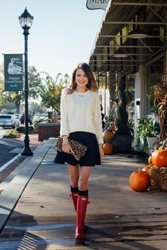 Red Hunter Boots # Blonde Book Trends Of Fall Apparel Hunter Boots Boots Red Boots Clothing Boots 2014 Boots Outfits Boots How To Style Red Hunter Boots, Red Rain Boots, Hunter Boots Outfit, Preppy Mode, Preppy Style, Fall Winter Outfits, Autumn Winter Fashion, Winter Stil, Look Fashion
