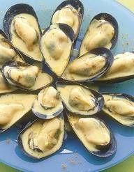 Recette Mouclade charentaise : 1. Nettoyer et gratter les moules (si ce n'est déjà fait) en veillant à éliminer celles qui baillent.Laver à plusieurs eaux. Les égoutter.2. Éplucher les oignons et les échalotes. Les hacher séparément. Laver le persil.3. Mettre le vin blanc dans une casse... Seafood Pasta, Fish And Seafood, Chef Simon, French Food, Everyday Food, Oysters, Food Videos, Entrees, One Pot Dinners