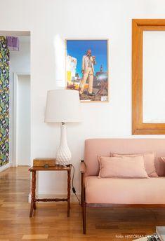 Sala de estar de casinha de vila tem mesa lateral vintage de madeira, sofá de linho rosa, abajur branco com cúpula e quadro na parede. Decor, Apartment, Living Room, Home, Interior, Sala, Lounge, Home Decor, Room