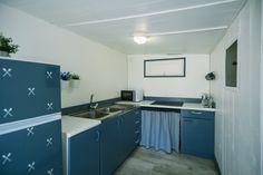 Mobil Home de alquiler, con vistas al mar, en el camping situado en la Costa Dorada. Sea, Navy, Kitchen, Home Decor, Ocean Views, Hale Navy, Cooking, Decoration Home, Room Decor