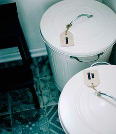 Kierrätysastioiden etiketit helpottavat lajittelua.