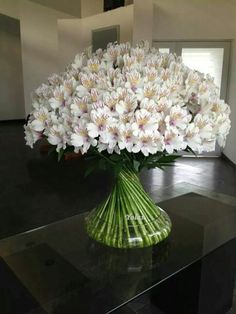 This shows a pattern by placing the flowers in line with each other. Creative Flower Arrangements, Vase Arrangements, Beautiful Flower Arrangements, Flower Centerpieces, Flower Decorations, Beautiful Flowers, Arte Floral, Deco Floral, Ikebana