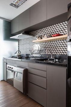 cozinha com armários cinzas